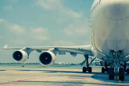 Passagier vliegtuigen op de luchthaven te schieten op de bus, vintage kleur stijl