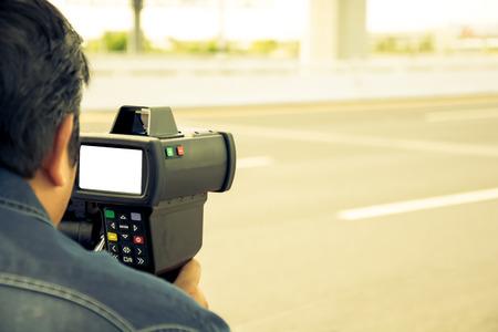 pistola: coger exceso de velocidad los conductores con una pistola de radar, estilo del color del vintage Foto de archivo