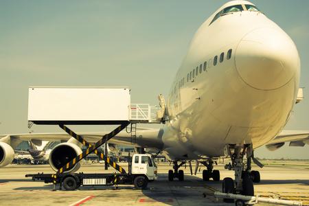공항 조종석에서 터미널 근처 비행기, 빈티지 색상 스타일 에디토리얼