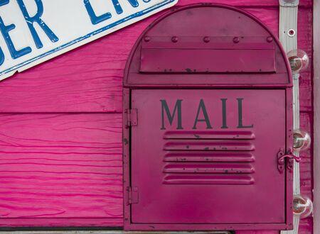 buzon: buzón de correo de la vendimia en la pared de madera