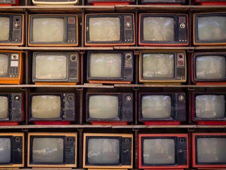 Die Musterwand aus Haufen alter Retro-TV-Bachground