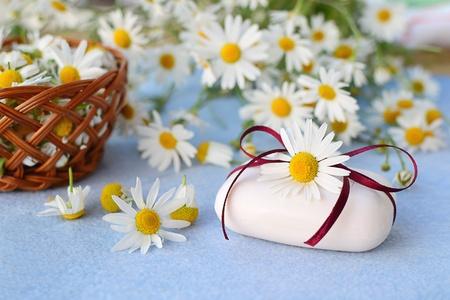 Jab�n de manzanilla con flores de manzanilla reci�n cortadas en el fondo photo