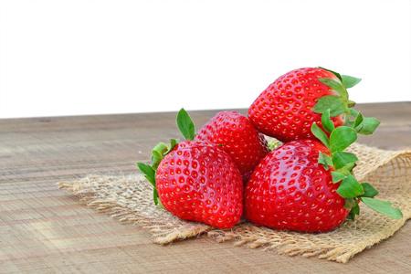 tabel: Fresh, ripe strawberries on wooden tabel - closeup.
