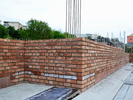 Rote Backsteinmauerwerk auf Haus im Bau. Standard-Bild - 28428027