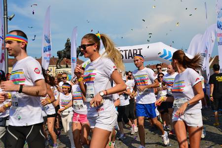headbands: Cluj-Napoca, Ruman�a - 13 de junio, 2015: no identificados color funciona corredores de todas las edades y sexos llevaban coloridas camisetas y cintas para la cabeza de despegar de la l�nea de salida como comienza la carrera. Editorial