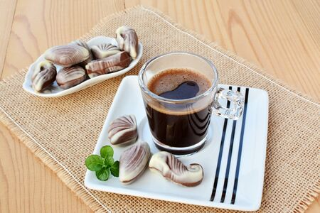 cafe bombon: Taza de caf� con trufas dulces de chocolate