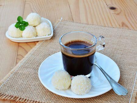 cafe bombon: Taza de café y dulces de chocolate blanco trufas con asperjan coco. Foto de archivo