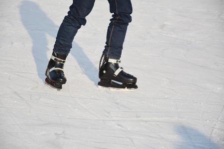 ni�o en patines: Joven de patinaje sobre hielo masculino. Las piernas de un ni�o peque�o con los patines de hielo. Foto de archivo