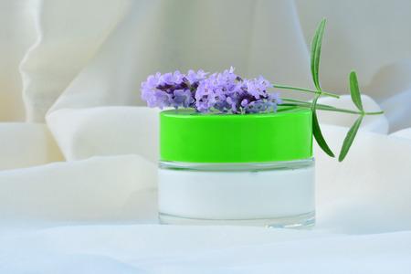 cremas faciales: Cosmetic cream relaxing skin moisturizer nourishment in glass jar. Foto de archivo