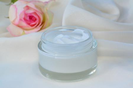 cremas faciales: Cosméticos crema hidratante de la piel relajante alimento en frasco de vidrio