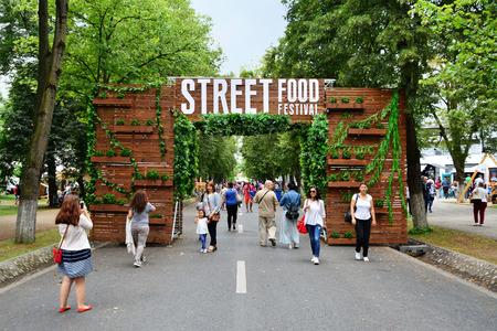 Cluj-Napoca, Rumunia - 09 lipiec 2016: Zdobione drewniane bramy wita odwiedzających do odkrytego ulicznego festiwalu żywności w Central Parku Cluj. Publikacyjne