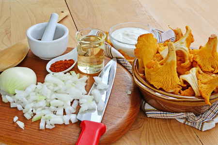 peppery: Chanterelle mushrooms with ingredients for cooking Stock Photo