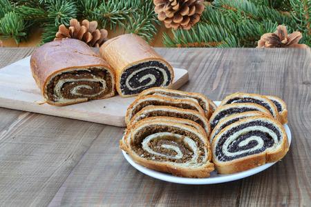 전통적인 양귀비 씨앗과 호두 beigli 접시에 슬라이스 롤 스톡 콘텐츠
