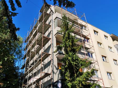 Wohnblock, der Außenerneuerungsarbeit in CLUJ-NAPOCA, RUMÄNIEN - 30. September 2017 durchläuft. Metallisches Baugerüst wird entlang den Wänden angehoben. Standard-Bild - 87700947