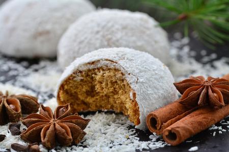 Lebkuchenplätzchen mit Kokosnussglasur und -gewürzen Standard-Bild - 90527200