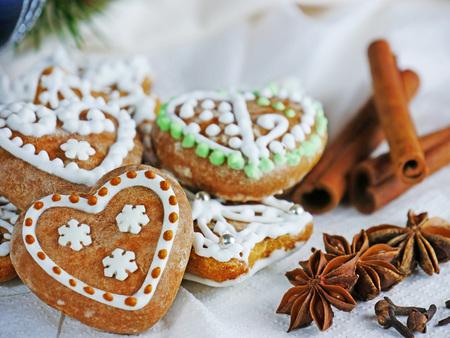 Lebkuchenplätzchen, selbst gemachte Weihnachtskekse mit Zimt, Sternanis und Nelken Standard-Bild - 91117088