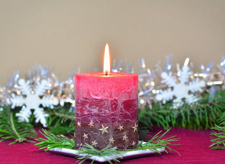 Red burning candle with Christmas decorations, fir branches, holiday background greeting card Standard-Bild - 91384400