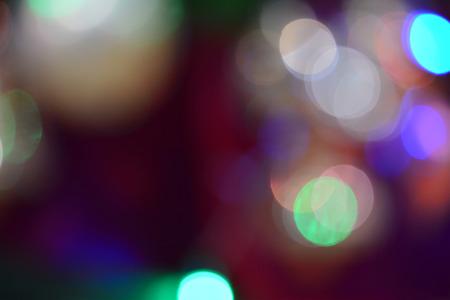 Glühende Ampeln nachts, bunter bokeh Hintergrund mit den roten, grünen, blauen Lichtkreisen auf Schwarzem Standard-Bild - 92659534