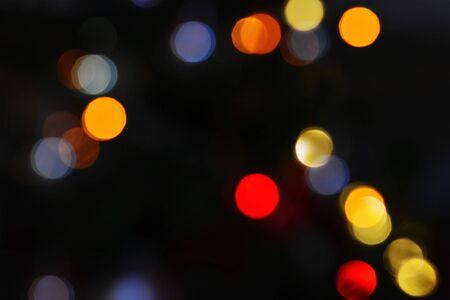 Glühende Ampeln nachts, bunter bokeh Hintergrund mit roten, gelben blauen Lichtkreisen auf Schwarzem Standard-Bild - 92616135