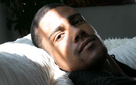Retrato, de, un, guapo, apuesto, hombre negro, acostado