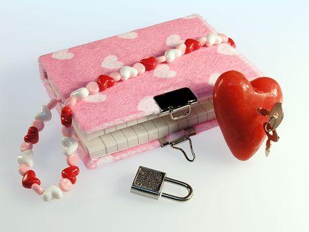 faux: Giovani ragazze diario. Rosa di eco-pelliccia, con il cuore. Grande cuore rosso con una chiave in esso.