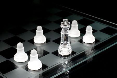 humilde: Met�fora de la fuerza. El poderoso rey est� en minor�a y adoptadas por unos humildes peones.