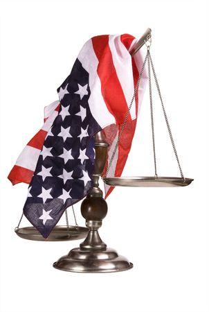 balanza justicia: De edad, golpearon a escala con una bandera americana cubiertas del mismo. Aislado en blanco. Algunos ara�azos y picaduras pueden ser visto en la escala.