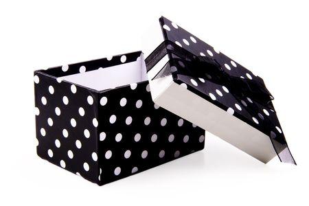 polka dotted: En blanco y negro salpicada de lunares caja de regalo. La tapa est� apagado e inclinadas hacia un lado. La parte superior tiene un lazo negro y proa. Aislado en blanco.