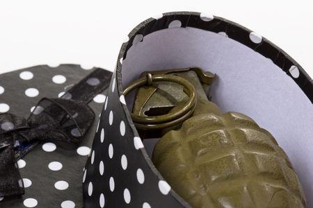 polka dotted: Militar de EE.UU. en una granada de mano en blanco y negro de lunares salpicados caja de regalo. Terrorismo.