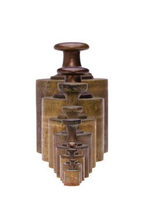 etalonnage: Une collection d'�talonnage des poids en laiton antique isol� sur blanc. Banque d'images