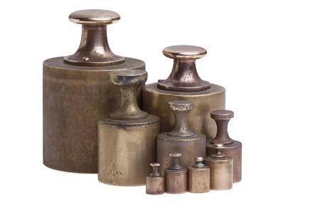 calibration: Una collezione di antichi ottone calibrazione pesi isolato su bianco.