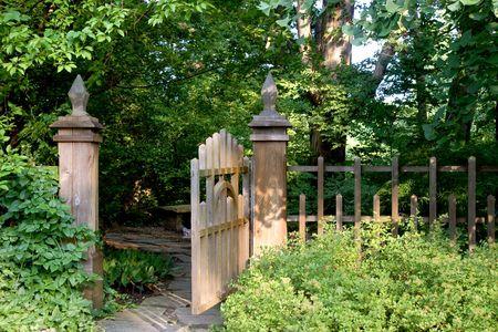 portones: Una puerta de jard�n abierta ofrece una invitaci�n para entrar en un �rea sombreado y aislado.