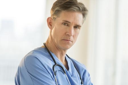 病院で自信を持って成熟男性外科医の肖像画 写真素材 - 22079308