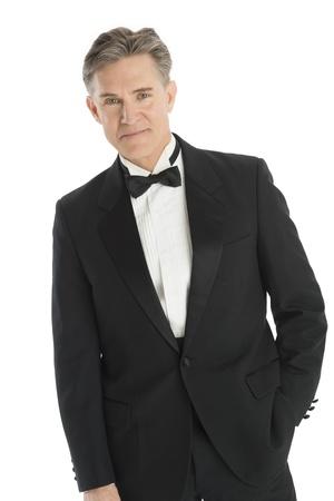 lazo negro: Retrato de hombre maduro confía en pie contra el fondo blanco esmoquin