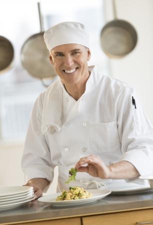 業務用厨房のパスタ皿を飾り幸せな男性シェフの肖像画 写真素材 - 22082466