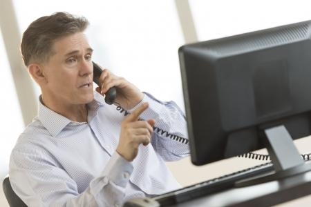 monitor de computador: Homem de neg Imagens
