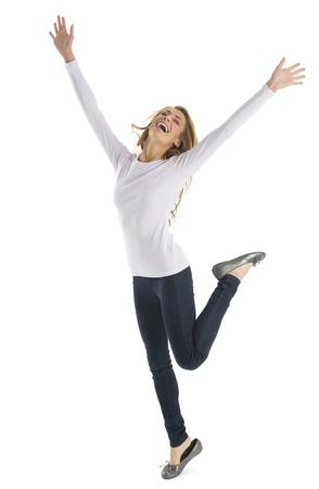boca cerrada: Emocionado mujer joven de raza blanca con los brazos levantados de pie aislado en fondo blanco