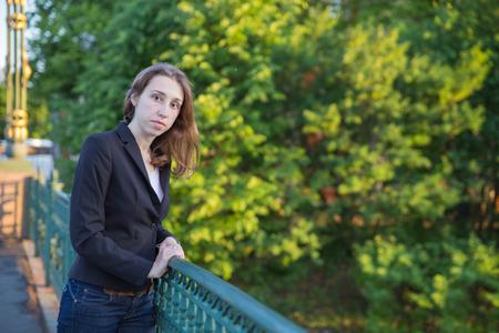 mujer elegante: Mujer elegante en el puente