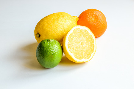 Limonkowa cytryna i pomarańcza na białym tle Zdjęcie Seryjne
