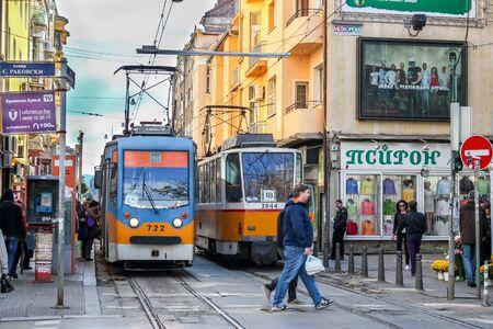 Sofia/Bulgarien - 18. Oktober 2013: Eine Straße im Stadtzentrum von Sofia und Straßenbahn. Alltag in Sofia