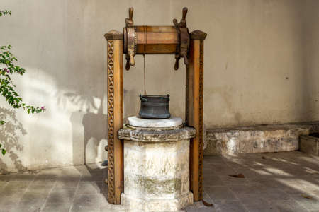 Old water well and copper bucket 版權商用圖片