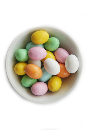Colored easter eggs in a bowl isolated on white background Stockfoto