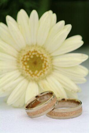 2 つのリングと花
