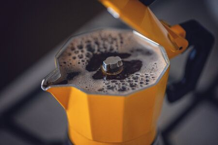 The process of brewing coffee in a coffee maker dot on a dark background. Stok Fotoğraf - 137887902