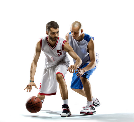 흰색에 격리하는 농구 선수