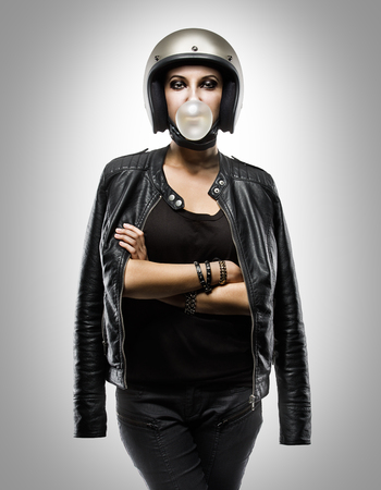 casco de moto: Motociclista de mujer atractiva