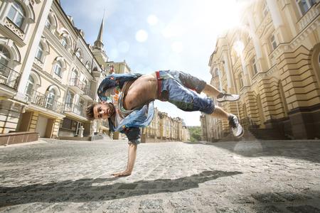 ストリートでヒップホップを踊っている人 写真素材
