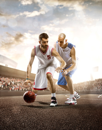 pelota de basquet: El jugador de baloncesto en la acción en el fondo del cielo y multitud