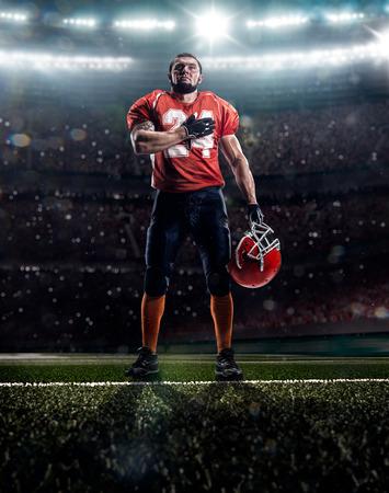 futbolistas: Jugador de fútbol americano orgulloso está orando antes de partido