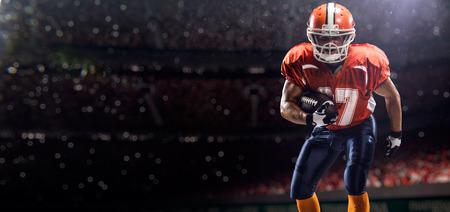 casco rojo: Jugador deportista de fútbol americano en el estadio